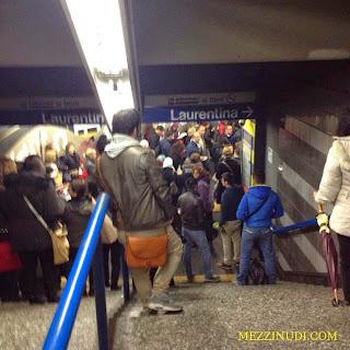 Folla sulla Metro B