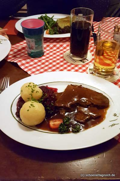 Sauerbraten mit Klößen und Rotkraut im Restaurant Alpenzauber in Oberstaufen