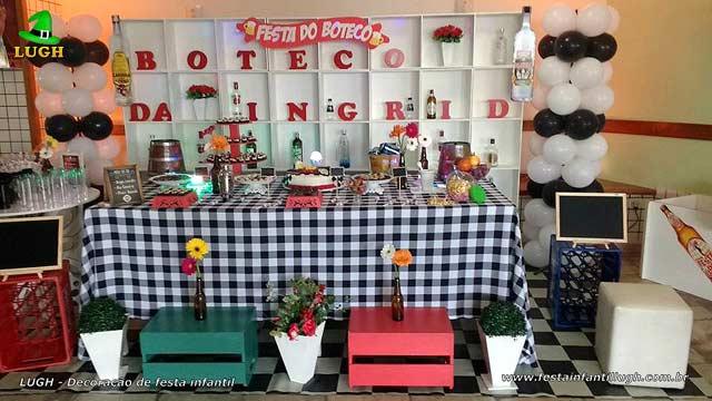 Mesa decorada para festa adulta