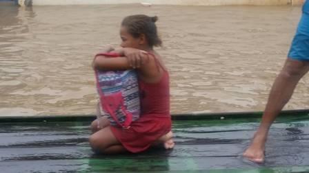 Rivânia, resgatada da enchente em uma jangada, e a mochila com os livros Foto: Valter Rodrigues/Blog do Tenório Cavalcanti