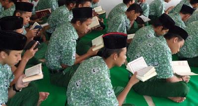 Santriwan membaca Al-Qur'an