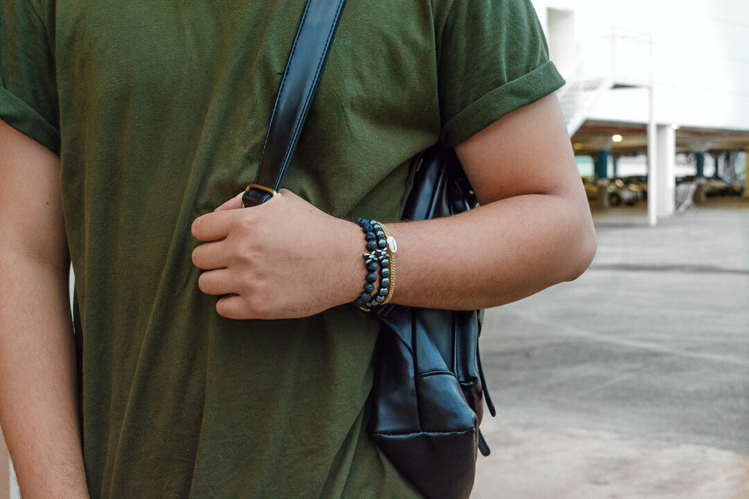 look masculino com pulseiras