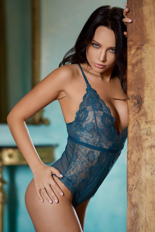 Ime ji je Angelina Petrova in ona je čudovita ženska-7094
