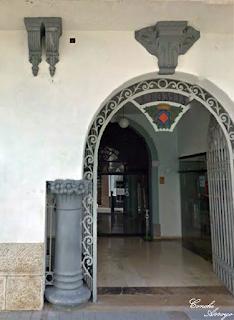 Bonita entrada del edificio del Ayuntamiento de Buñol