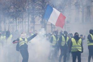 Parigi, prende a pugni un gendarme alla manifestazione dei gilet gialli. Si costituisce l'ex campione di boxe