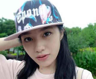 Claudy Putri Pakai Topi