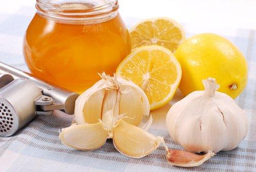 Comment préparer cette remède naturel à l'ail et au miel?