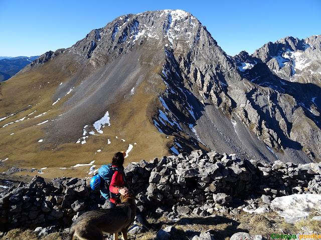 Mirando a Peña Ubiña desde la cima de Peña Cerreos.