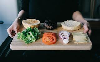 Tomate, cebolla, pan, carne y lechuga