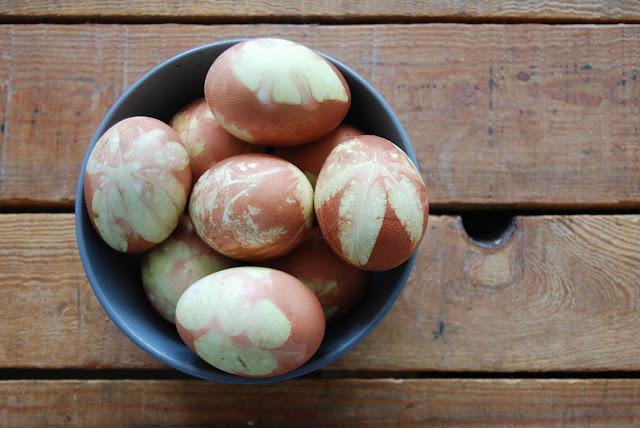 huevos de pascua teñidos con cebolla
