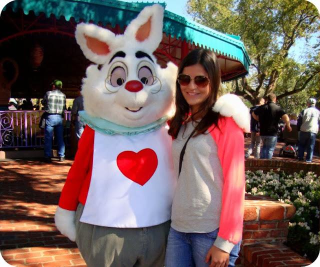 Magic Kingdom Park / Coelho Branco Alice no país das maravilhas