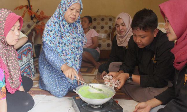 "Indikatormalang.com – Pagi itu sejumlah ibu rumah tangga di Desa Jombok Kecamatan Ngantang kabupaten Malang nampak sibuk mengaduk-ngaduk susu segar. Susu tersebut akan diolah menjadi permen susu dengan berbagaia aneka rasa. Sambil sesekali bercanda mereka mendengarkan arahan dari pelatih. Pasalnya pagi itu ibu–ibu tersebut sedang mengikuti pelatihan pengolahan susu yang diadakan oleh Mahasiswa peserta KKN 19 Universitah Muhammadiyah Malang, Sabtu (12/8/17). ""Pemilihan pengolahan susu segar ini dilatarbelakangi dengan tingginya hasil susu segar di Desa Jombok yang mencapai sekitar 9-10 ton liter per hari. Sehingga, dalam sosialisasi ini KKN 19 UMM mengusung tema ""Belajar Berwirausaha bersama KKN 19 Universitas Muhammadiyah Malang (UMM) Guna Meningkatkan Produk Penghasil Susu di Desa Jombok"" ungkap Fiky Sofyan Saputra, selaku Koordinator Divisi Kewirausahaan KKN 19 UMM kepada Indikator Malang. Pelaksanaan sosialisasi tersebut berlangsung secara bertahap mulai dari tanggal 3 hingga 12 Agustus 2017. Sosialisasi tersebut dilakukan di enam dusun yang ada di Desa Jombok yaitu Dusun Ngembul, Dusun Songkorejo, Dusun Bulurejo, Dusun Kasin, Dusun Jombok Krajan, dan Dusun Kedawung. Pelatihan sengaja menyasar kaum ibu, sehingga tidak heran pesertanya didominasi kaum peremuan. Terlihat para peserta nampak antusias dengan adanya pelatihan tersebut, mereka sangat tertarik untuk terus menyimak arahan dari para pelatih dan mencatat setiap tahapan pembuatan permen susu hingga detail.  ""Ilmu yang diberikan oleh mbak-mbak dan mas-mas sangat bermanfaat. Dari sini kita para Ibu Rumah Tangga jadi tahu, bagaimana mengolah susu dan bisa menjadi karya baru untuk dipraktikkan di rumah,"" ungkap Ibu Kepala Desa Jombok. ""Dengan diadakannya sosialisasi pengolahan susu segar menjadi permen susu di desa Jombok, harapannya dapat menambah wawasan masyarakat dalam mengolah susu. Selain itu, juga diharapkan dapat menjadikan sumber perekonomian baru bagi masyarakat Desa Jombok"" tambah Fiky. Peserta KKN19"