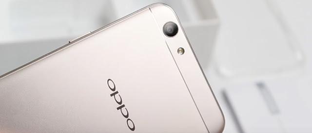 Penempatan kamera belakang OPPO F1s pada bagian kiri berdampingan dengan flash