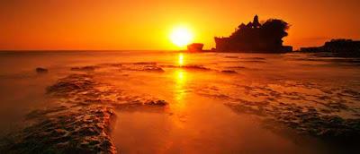 matahari tenggelam atau sunset tanah lot nali indonesia wisataarea.com