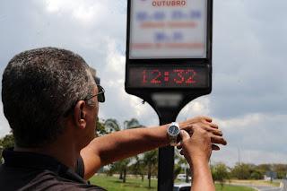 Horário de Verão começa neste domingo em três regiões do país.