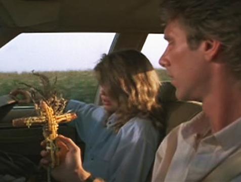 Vicky Baxter (Linda Hamilton) y Burt Stanson (Peter Horton) en Los chicos del maíz - Cine de Escritor