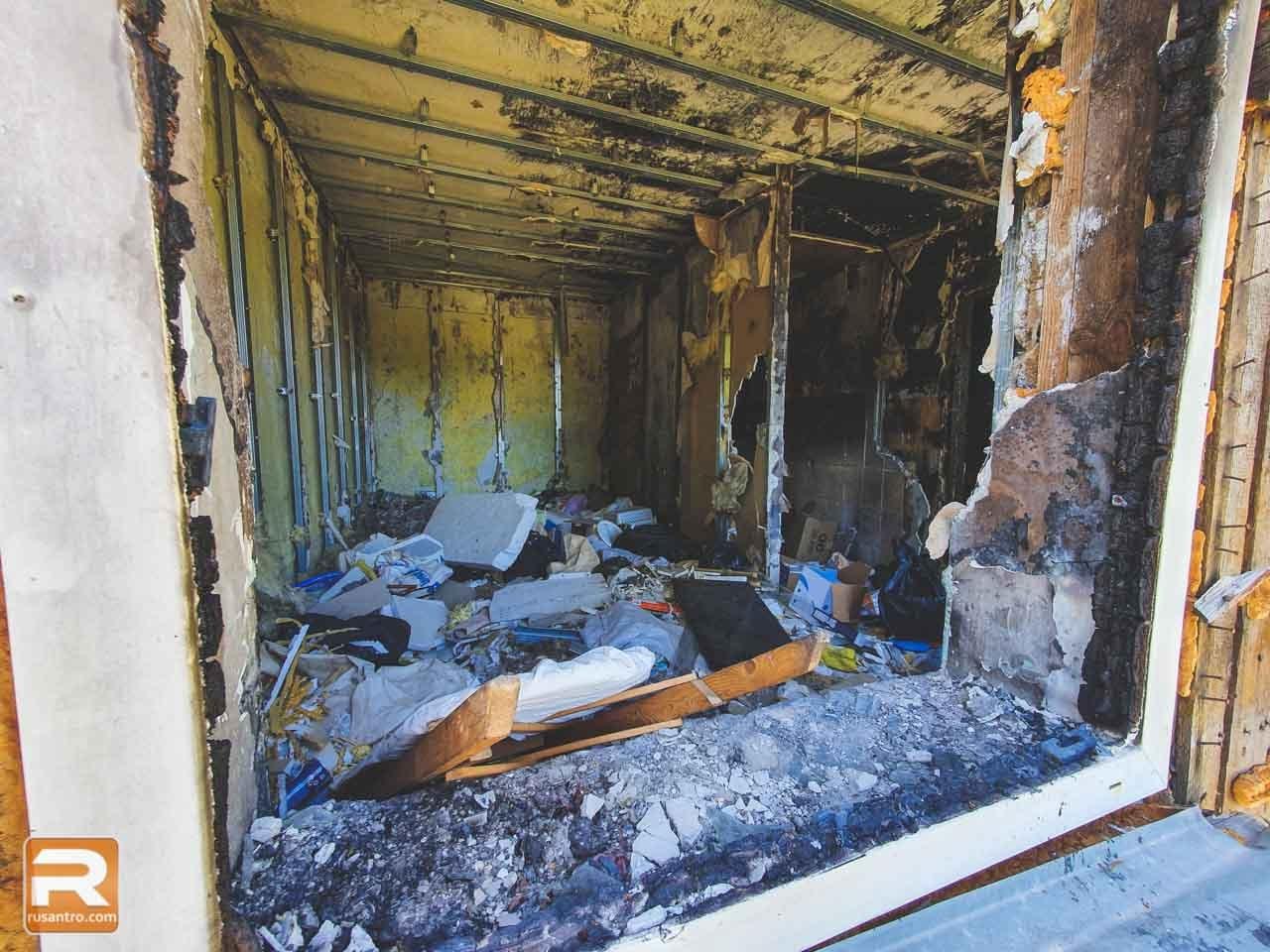 Atkritumi ugunsgrēka nopostītā ēkā