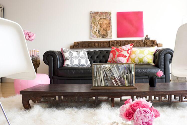 salón con detalles en color rosa y sofá Chester