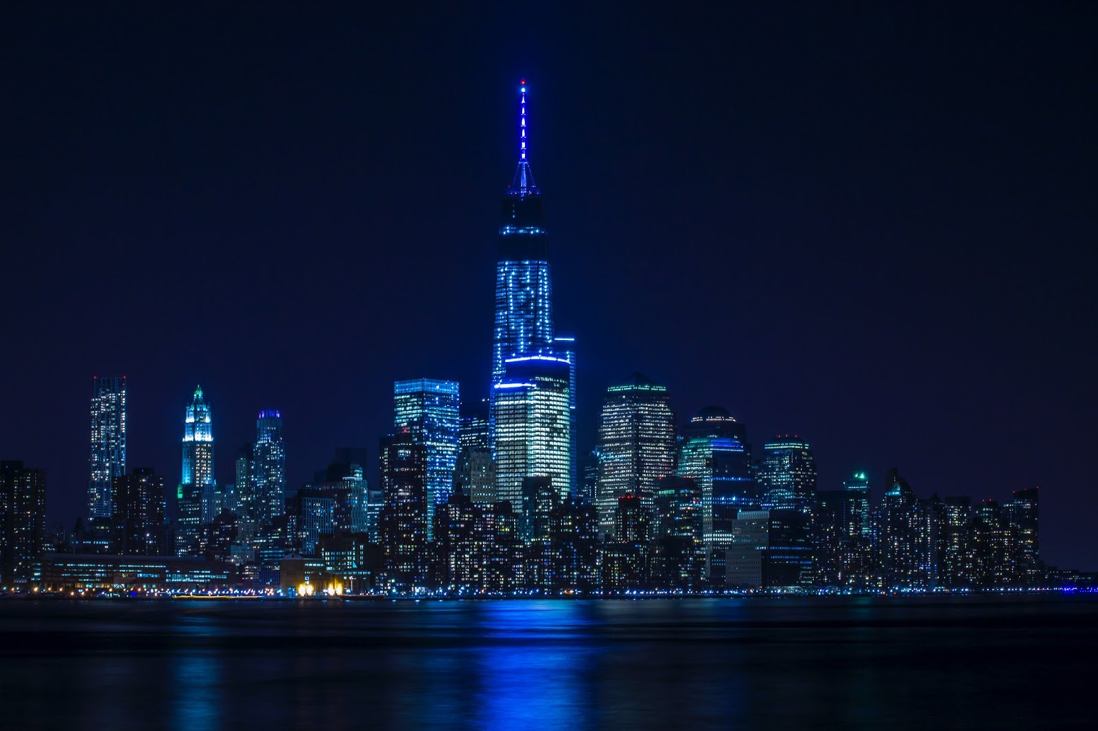 Mavi Işıklı Şehir Manzarası