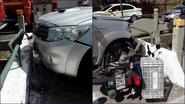 Motociclista cai dentro de canal após colisão com veículo