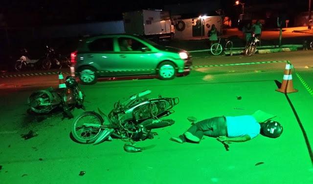 Condutor de moto perde controle ao passar quebra-molas e sofre fratura após colidir com Biz