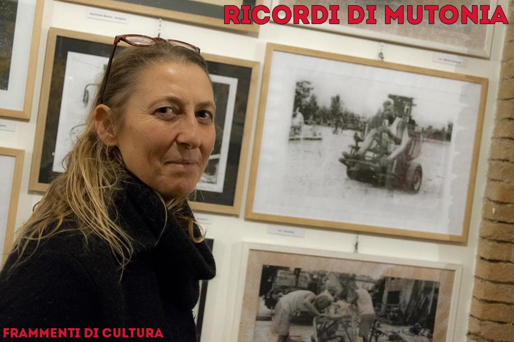 Allegra Corbo davanti alla parete con le gumprint di Tony Graffio.