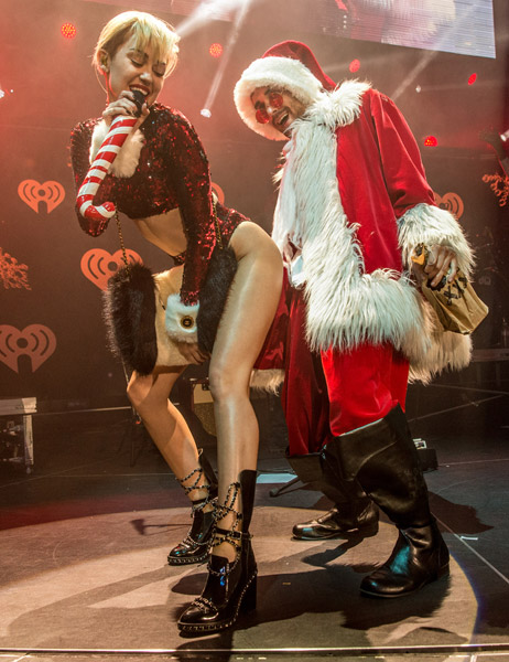 Unique Entertainment Blog Miley Cyrus Twerks On Santa