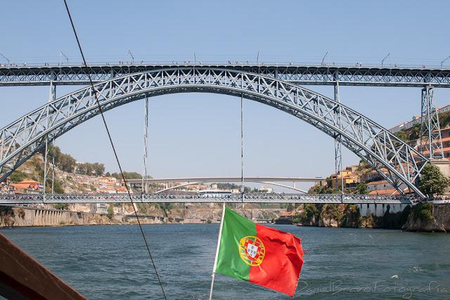 Puente de Luis I desde un barco con la bandera portuguesa