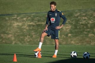 Neymar antecipa agenda em campo e mostra segurança em pé operado