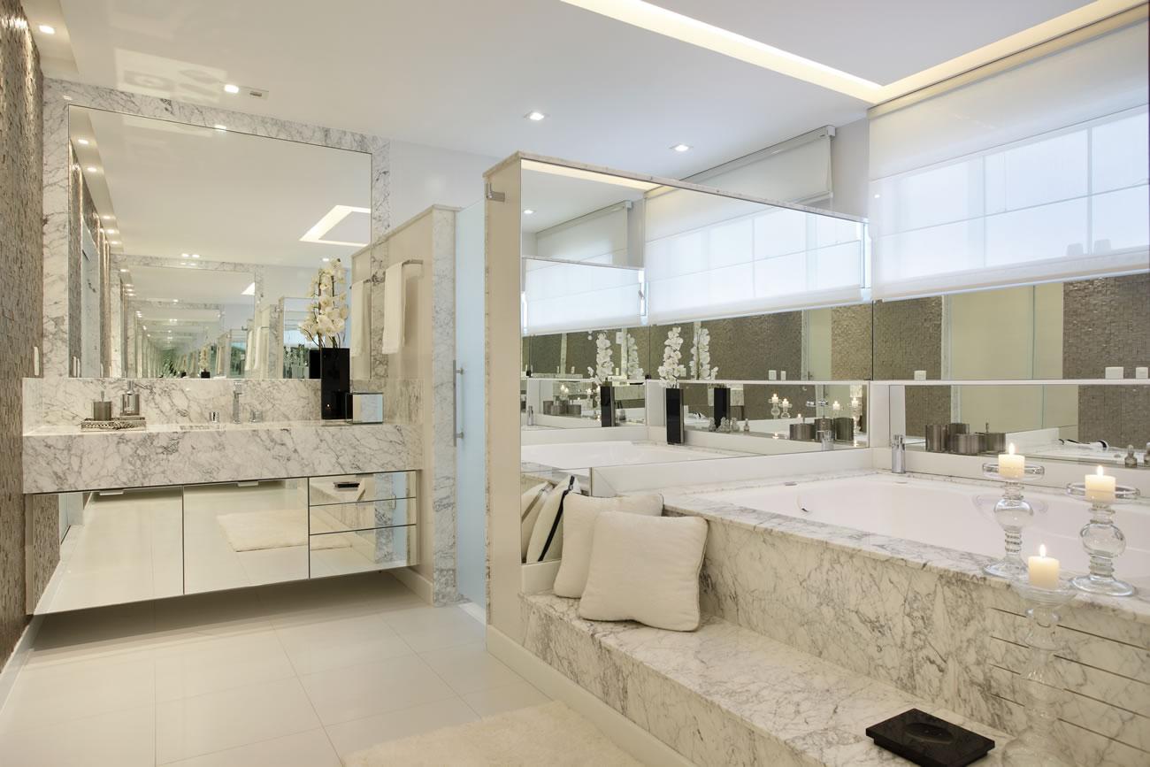 Banheiro com paredes revestidas de espelhos! Veja mais detalhes desse  #352F21 1300x867 Bancada De Banheiro Em Marmore Carrara