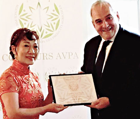 Athena Minami receives the award on behalf of Lochan Tea Limited in Paris