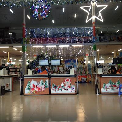 Lối ra của siêu thị tràn gập hình ông già Noel