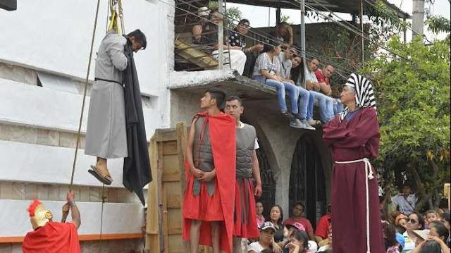 Interprete de Judas muere ahorcado en viacrucis; espectadores pensaron que era una actuación