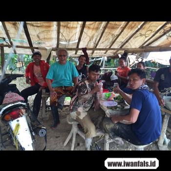 gambar Iwan Fals makan bareng