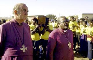 Los obispos Desmond Tutu y Kenneth Oram.