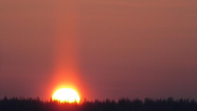 Солнечный Луч 17 декабря 2016 Солнце Закат Сияние Солнца Земли 2016 Декабрь Солнечный столб Редкий зимний атмосферный эффект во время заката. Температура воздуха —36°по Цельсию. Вертикальный столб света наблюдался выше и под солнечным диском.