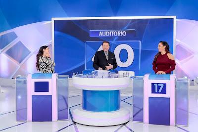 """Renata Abravanel, Silvio Santos e Silvia Abravanel no """"Jogo das 3 Pistas"""" - Crédito: Lourival Ribeiro/SBT"""