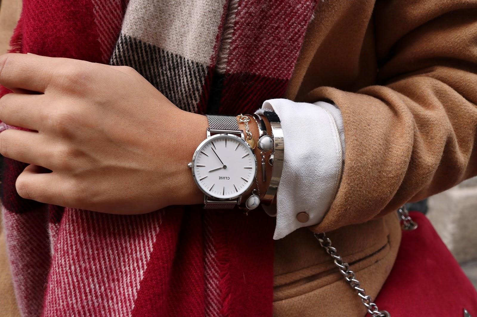 pauline dress blog mode déco lifestyle besancon tenue octobre 2017 cuissardes jupe similicuir blouse blanche manteau camel sac rouge grosse echarpe zoom cluse montre