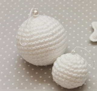 http://lamardeideasdiy.blogspot.com.es/2014/12/diy-patron-bolas-de-navidad-de-ganchillo-para-arbol.html