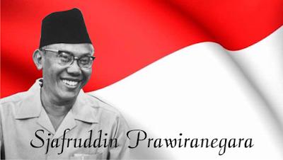 Biografi Syarifuddin Prawiranegara         Syafruddin Prawiranegara lahir di Serang, Banten, 28 Februari 1911. Ia memiliki nama kecil Kuding, yang berasal dari kata Udin pada nama Syafruddin. Ia memiliki darah keturunan Banten dari pihak ayah dan Minangkabau dari ibunya. Ia masih keturunan raja Pagaruyung di Sumatera Barat, yang dibuang ke Banten akibat Perang Padri. Syafruddin Prawiranegara menikah dengan Tengku Halimah Syehabuddin.  Syafruddin menempuh pendidikan ELS pada tahun 1925, dilanjutkan ke MULO di Madiun pada tahun 1928, dan melanjutkannya ke AMS di Bandung pada tahun 1931. Pendidikan tingginya diambilnya di Rechtshoogeschool. Sebelum kemerdekaan, Syafruddin pernah bekerja sebagai pegawai siaran radio swasta , petugas pada Departemen Keuangan Belanda, serta pegawai Departemen Keuangan Jepang. Setelah kemerdekaan Indonesia, ia menjadi anggota Badan Pekerja KNIP (1945), yang bertugas sebagai badan legislatif di Indonesia sebelum terbentuknya MPR dan DPR. KNIP diserahi kekuasaan legislatif dan ikut menetapkan Garis-garis Besar Haluan Negara.  Syafruddin kecil pertama memasuki sekolah di Europeesche Lagere School (ELS) di Serang pada tahun 1924. Saat sekolah di ELS, Syafruddin sempat pindah ke Ngawi, karena mengikuti kepindahan tugas ayahnya. Ia menamatkan sekolah ELS pada tahun 1925. Di ELS, bahasa Belanda sebagai pengantarnya. Meski demikian, Syafruddin tidak menemukan hambatan dalam