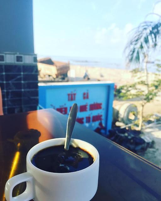Ly Cà Phê buổi sáng tại Đảo