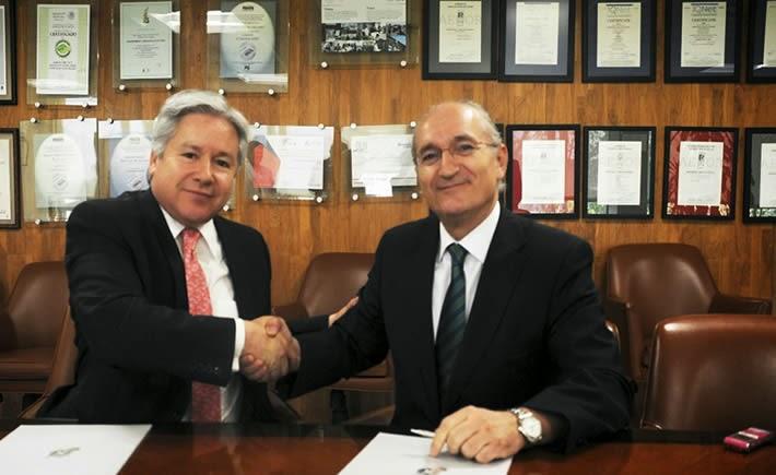 Alfonso Sarabia de la Garza, director General de ASA y Pablo Fernández García, Presidente -Consejero Delegado- de SENASA, al renovar convenio. (Foto: SCT)