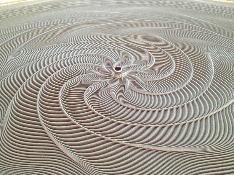 Nuevas mesas con dibujo cinéticos de arena de Bruce Shapiro