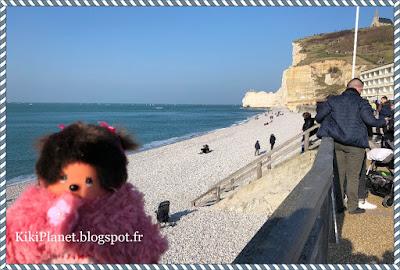 monchhichi, kiki, kiki le vrai, falaise d'etretat, normandie, éboulement seine maritime