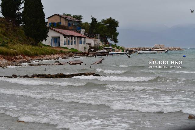 Οι δυνατοί άνεμοι ξήλωσαν ξύλινες προβλήτες στην Καραθώνα (βίντεο)