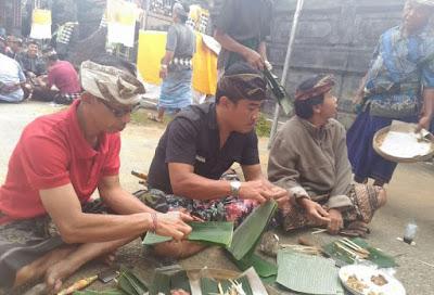 Persiapan odalan Di Pura Desa Pangsan, Masyarakat ngayah membuat ulam banten