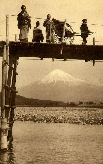 di atas jembatan