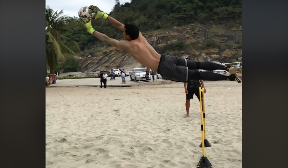 Video Metode Latihan Kiper Timnas Thailand, Kawin Thamsatchanan Kini Jadi Viral