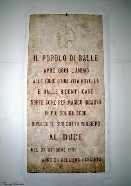 Salle Nuova, Municipio, lapide a Mussolini