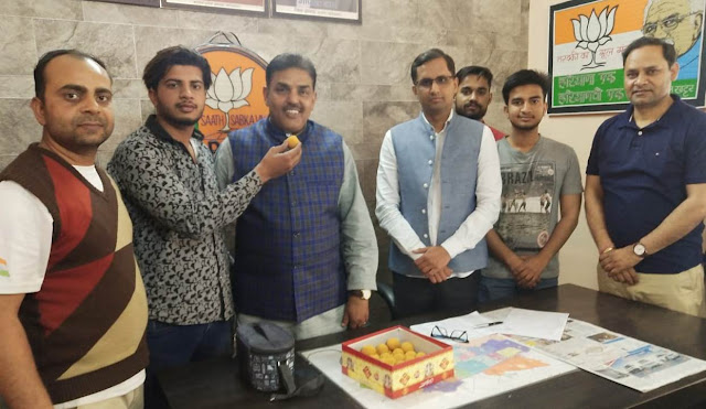 Former MP Dr. Arvind Sharma included in BJP, supporters distributed Laddu in Faridabad